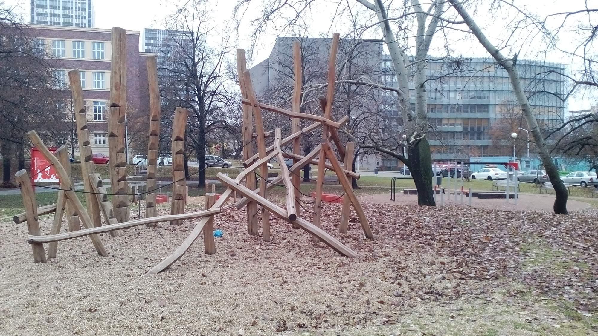 Prázdné dětské a workout hřiště
