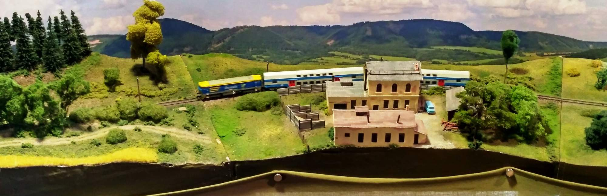 Osobní vlak jedoucí krajinou. Foto: Miroslav Hanus