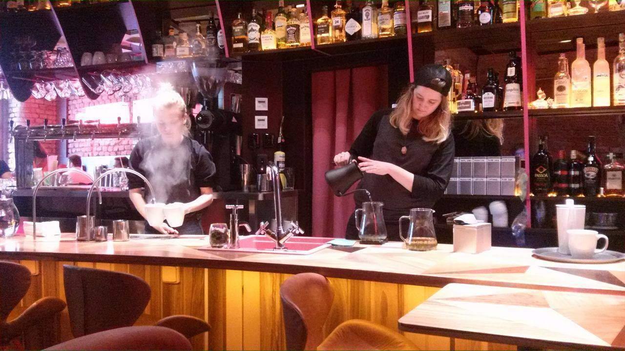 Příprava čaje vypadá jako složitá alchymie. Foto: Michaela Střížová