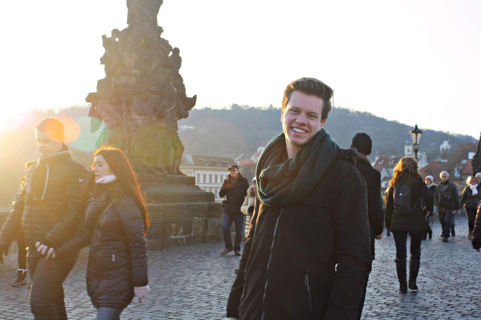 Do Prahy se přestěhoval na podzim roku 2016, s životem zde je spokojený.