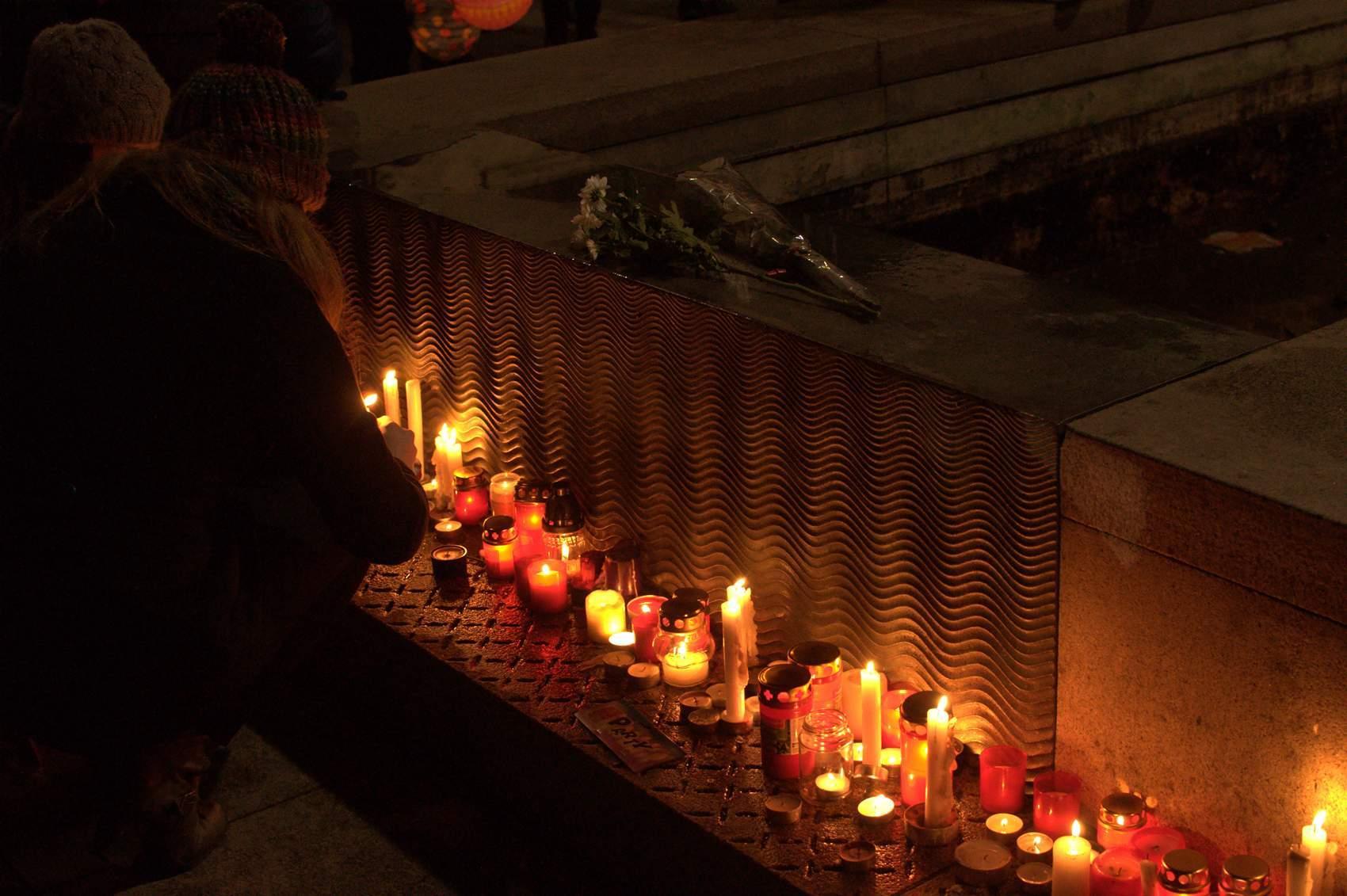 Lidé mohli ještě před průvodem zapálit svíčky obětem nacismu. Foto: Michaela Nárožná