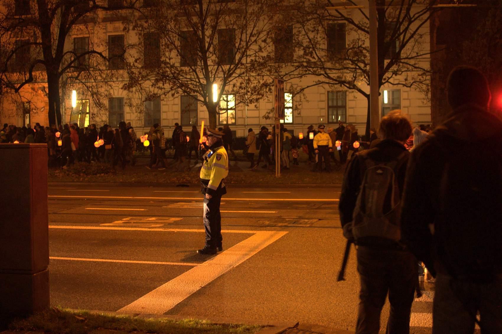 Pomáhali i strážníci městské policie, kteří zastavovali dopravu. Foto: Michaela Nárožná