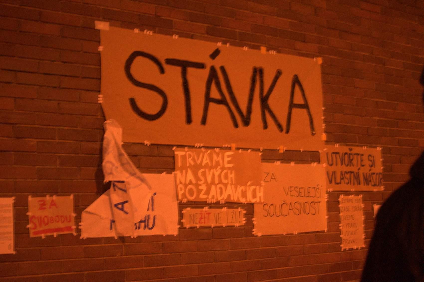 U budovy filozofické fakulty přivítaly studenty plakáty na zdi. Foto: Michaela Nárožná
