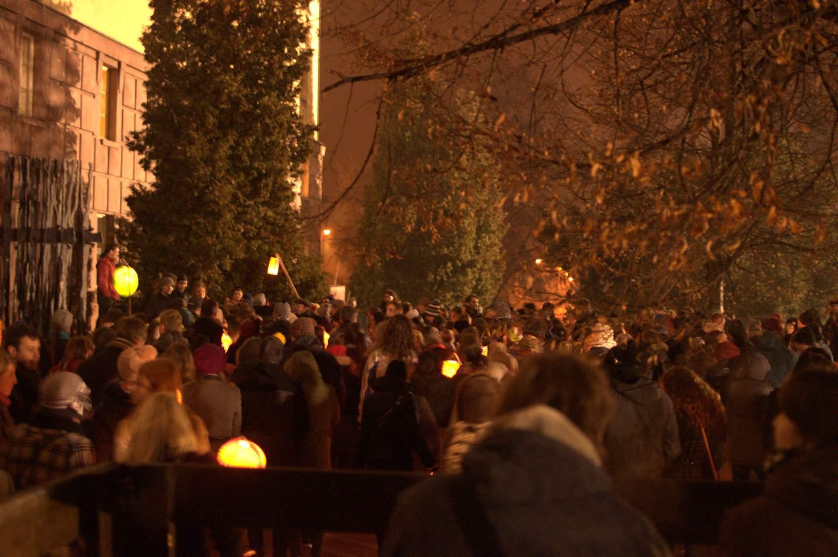 U Kounicových kolejí si studenti vyslechli události, které se na místě odehrály. Foto: Michaela Nárožná