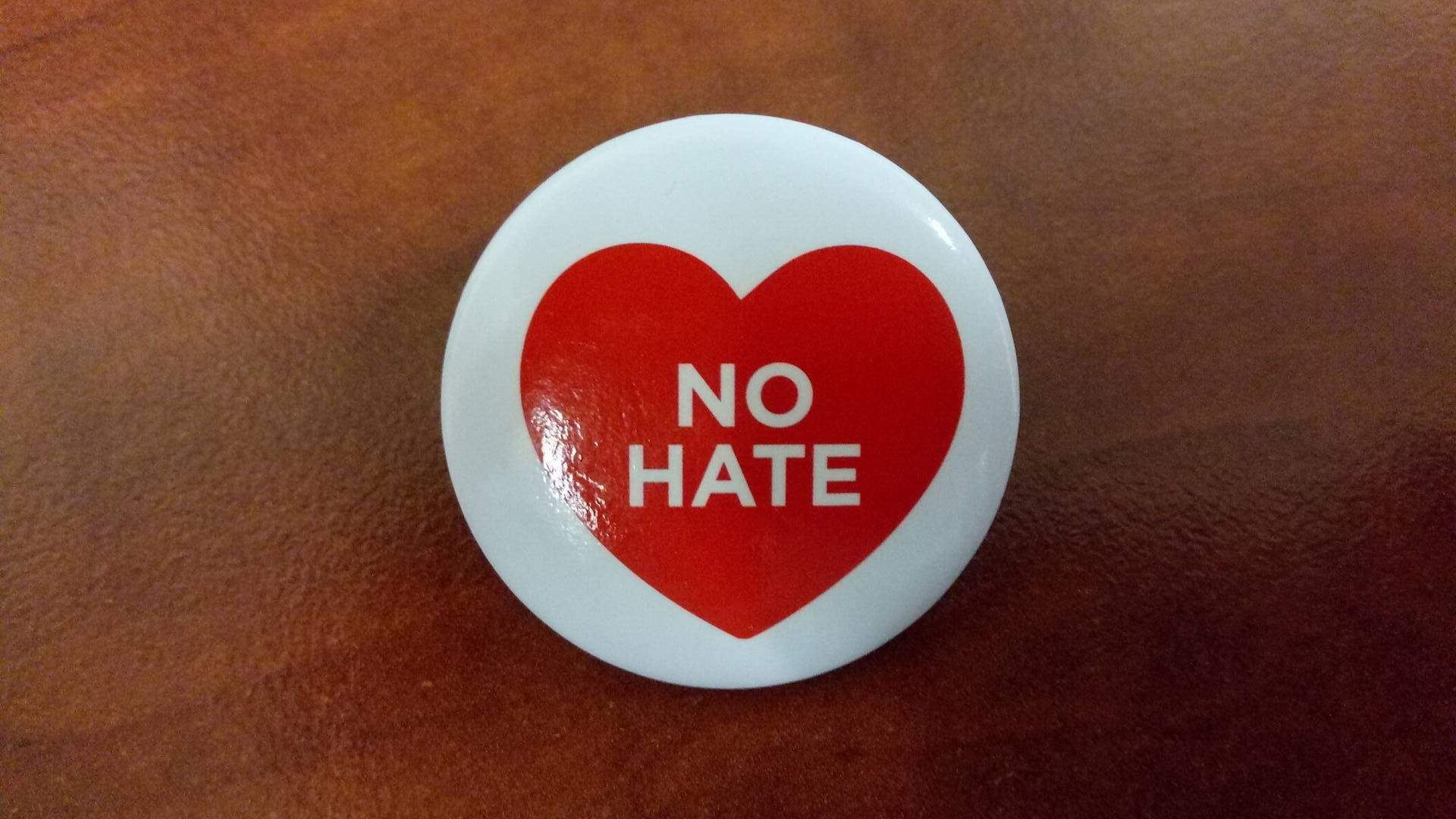 Odznak no hate, ktorý organizátori a akcii rozdávali. Foto: Martina Paulenová