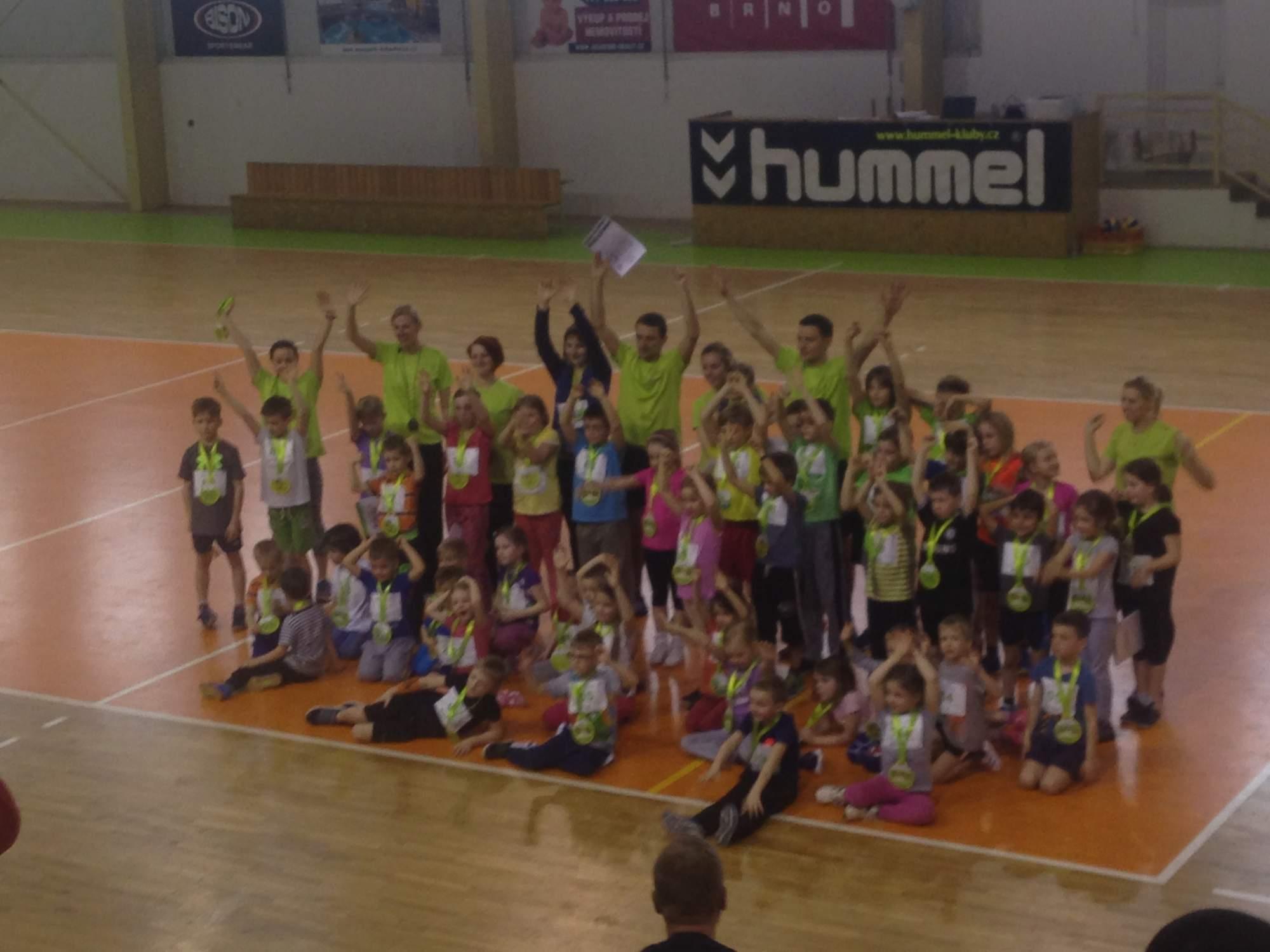Na závěrečném focení děti hrdě ukazovaly medaile. Foto: Eliška Pospíšilová