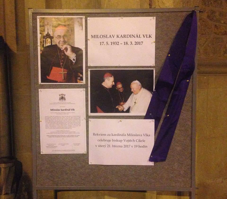 Na nástěnce před katedrálou si lidé mohli přečíst o kardinálově životě. Foto: Klára Vašíčková.