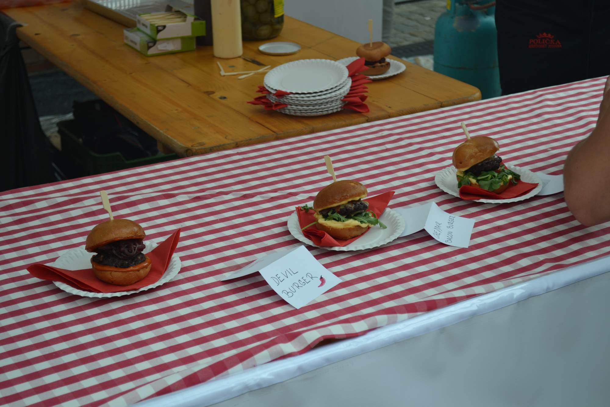 Milovníci hamburgerů mohli vybírat z několika druhů i kombinací. Foto: Klára Vašíčková