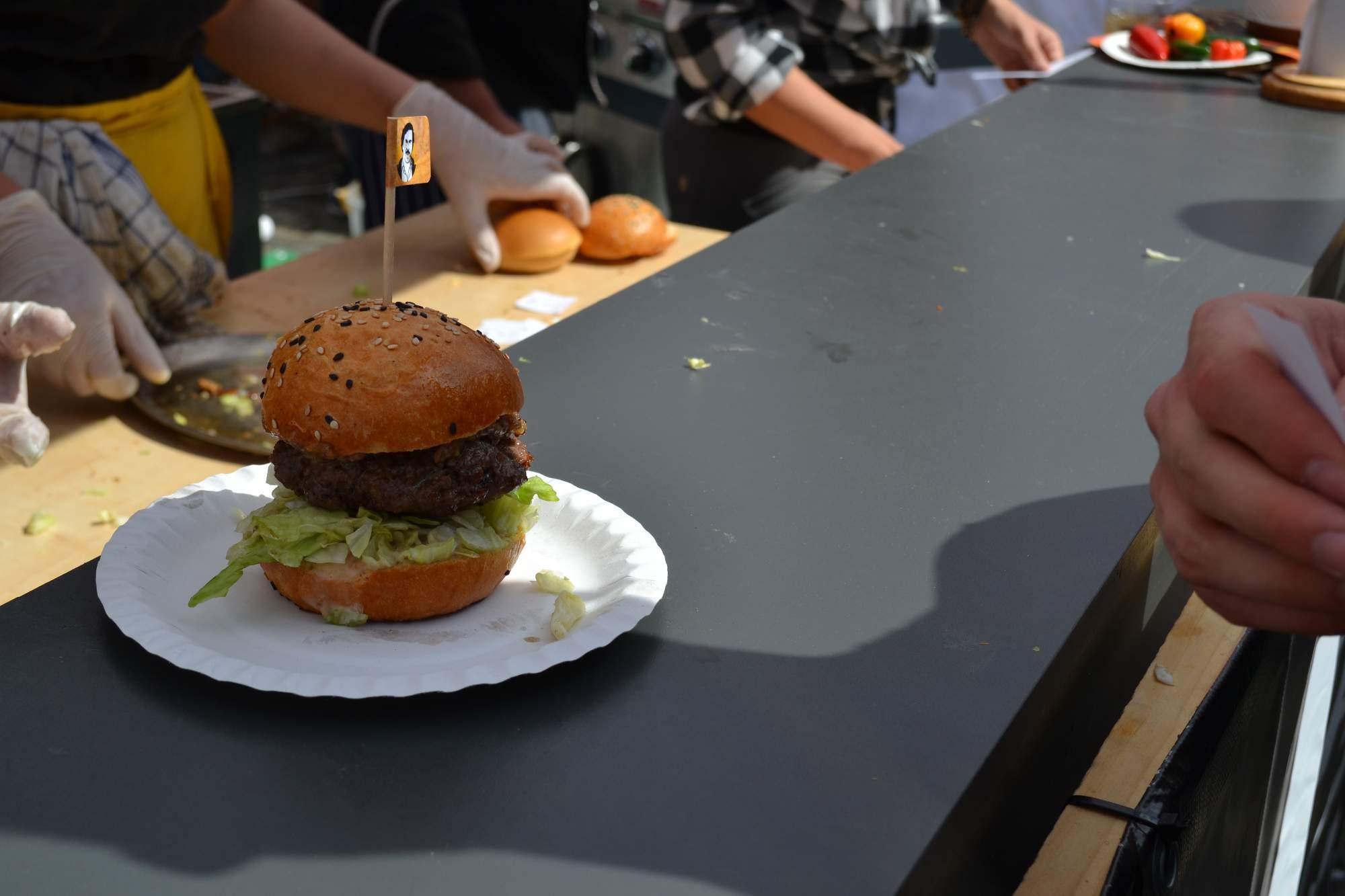Na festivalu hamburgerů návštěvníci našli stánky známých brněnských restaurací. Foto: Klára Vašíčková