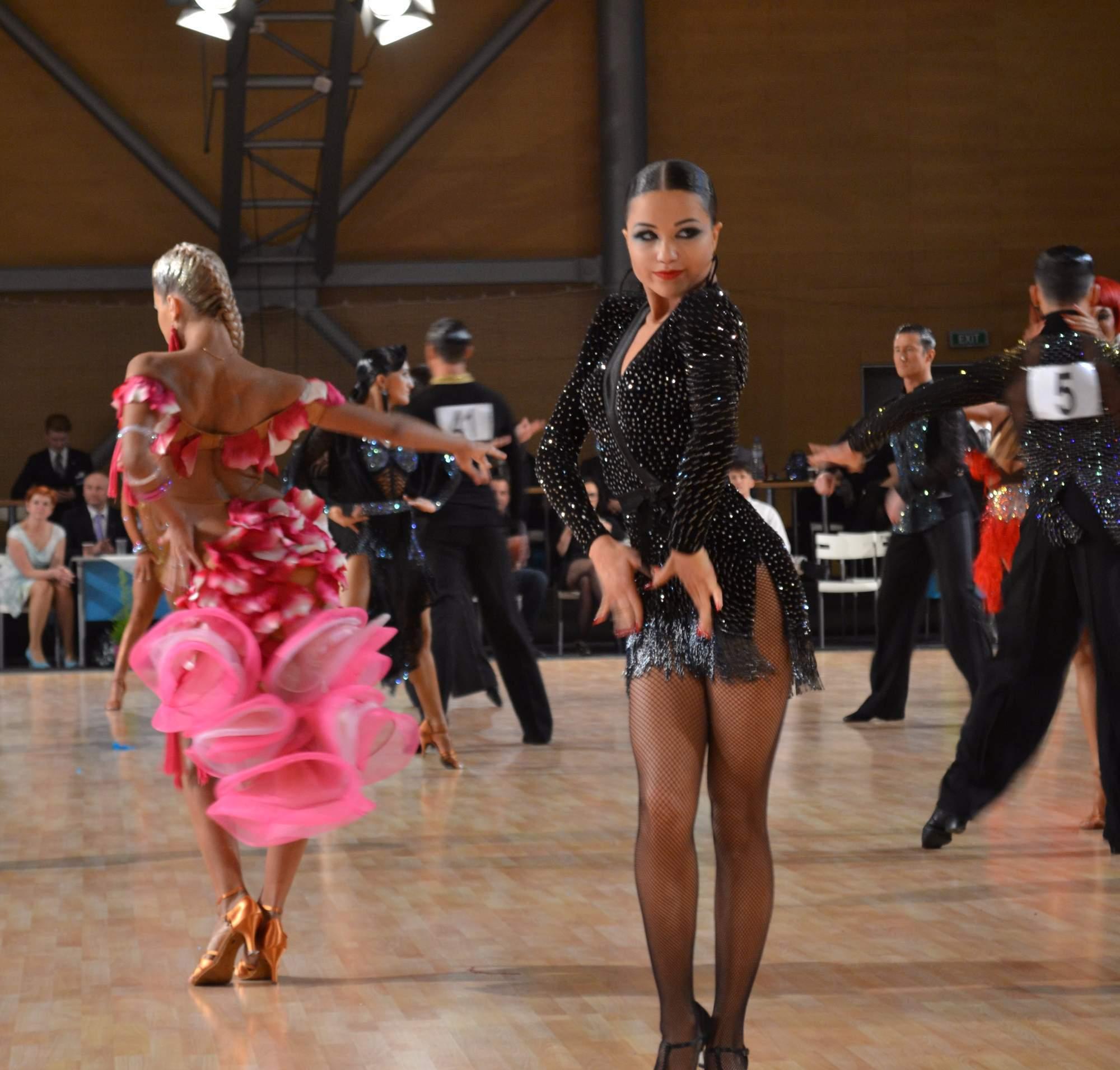 Svůdnými pohledy dodávali tanečníci ladným pohybům vášeň.