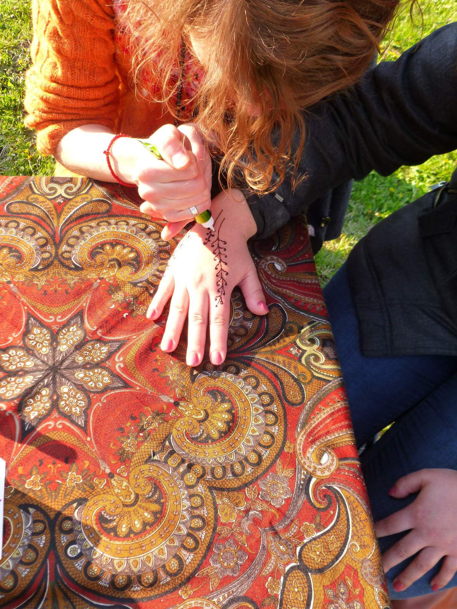 Zájemci si mohli pořídit tetování hennou. U tetovacího stánku se zastavila spousta příchozích. Foto: Kristýna Hortvíková
