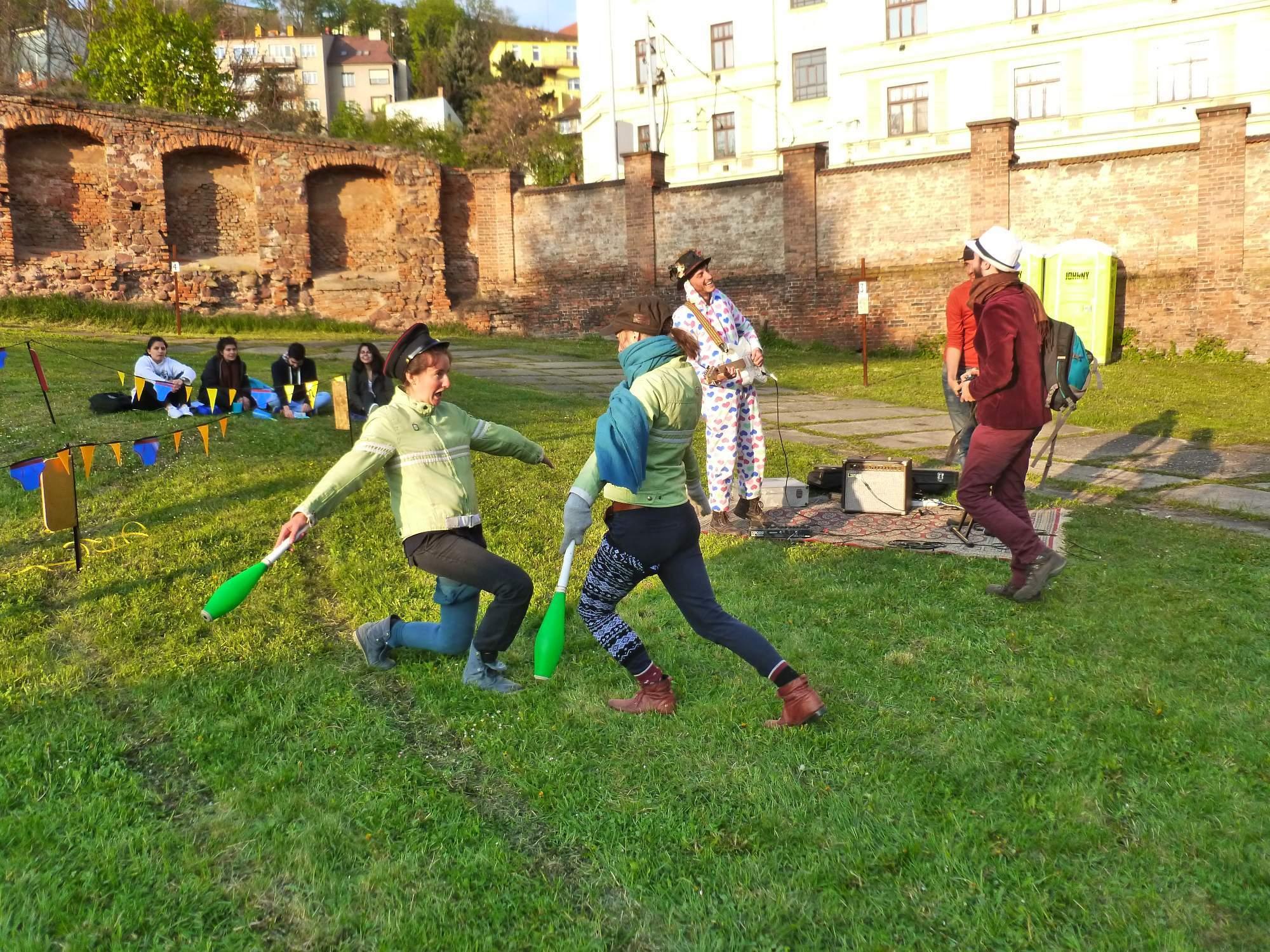 Celá pouť byla doprovázena hudbou a příslušníci souboru La famille Walili bavili návštěvníky originálními kostýmy a různými tanečními kreacemi. Foto: Kristýna Hortvíková