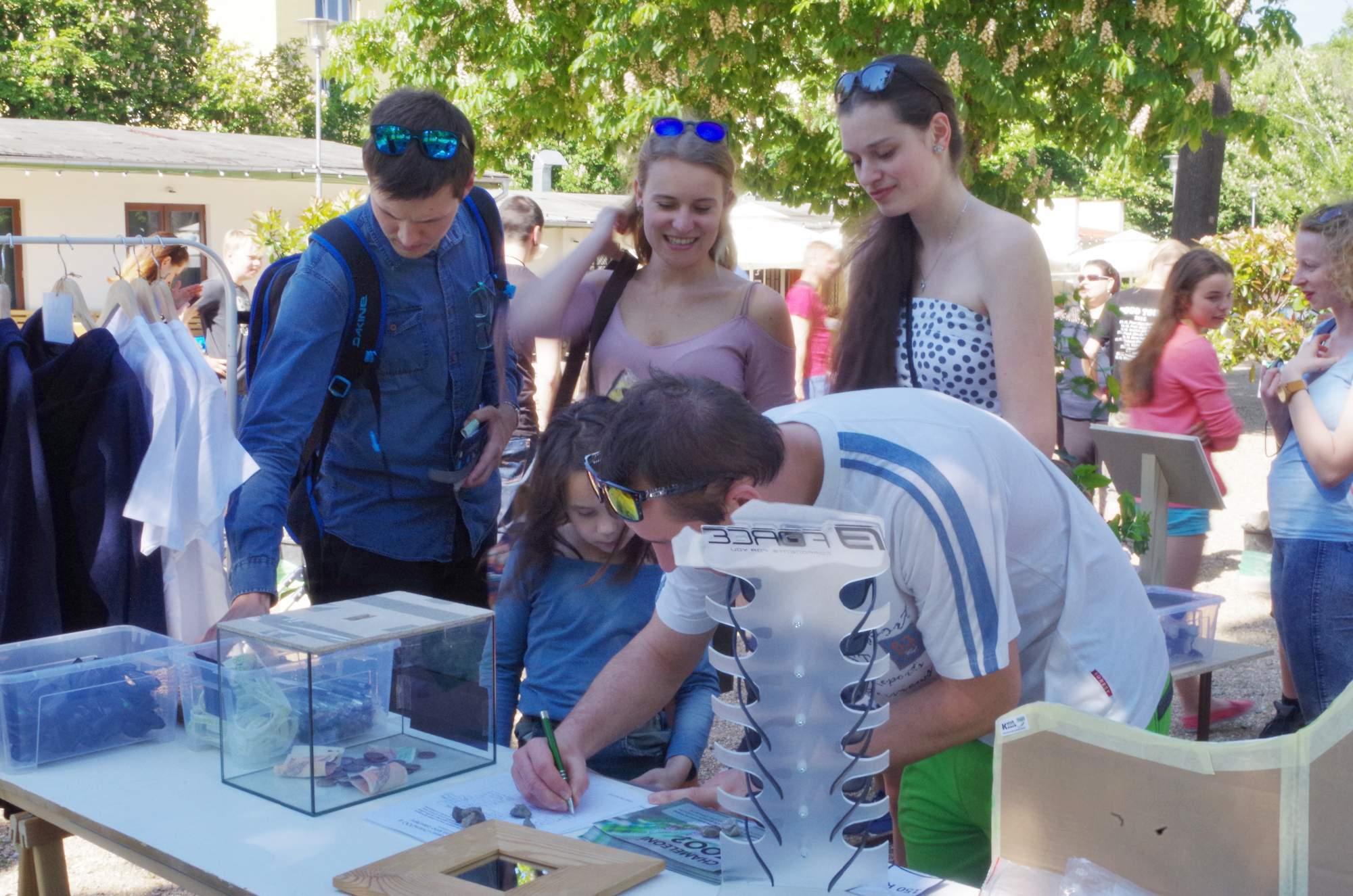 Petici podepsalo několik návštěvníků. Foto: Eliška Pospíšilov.á