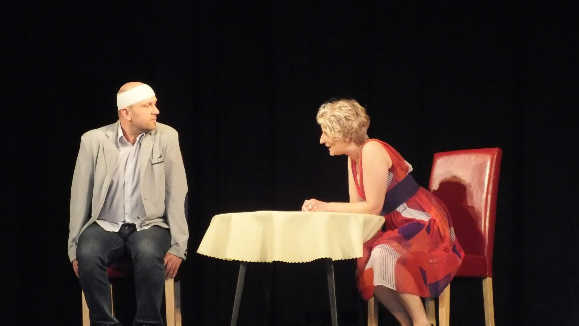 Divadelníci z Brněnce nastudovali tragikomedii Manželské vraždění. Foto: Nikola Pavlasová
