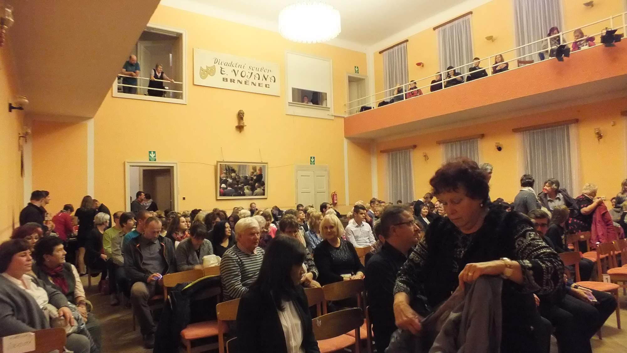 Sál brněneckého Lidového domu se začal plnit až čtvrt hodiny před začátkem talkshow. Foto: Nikola Pavlasová