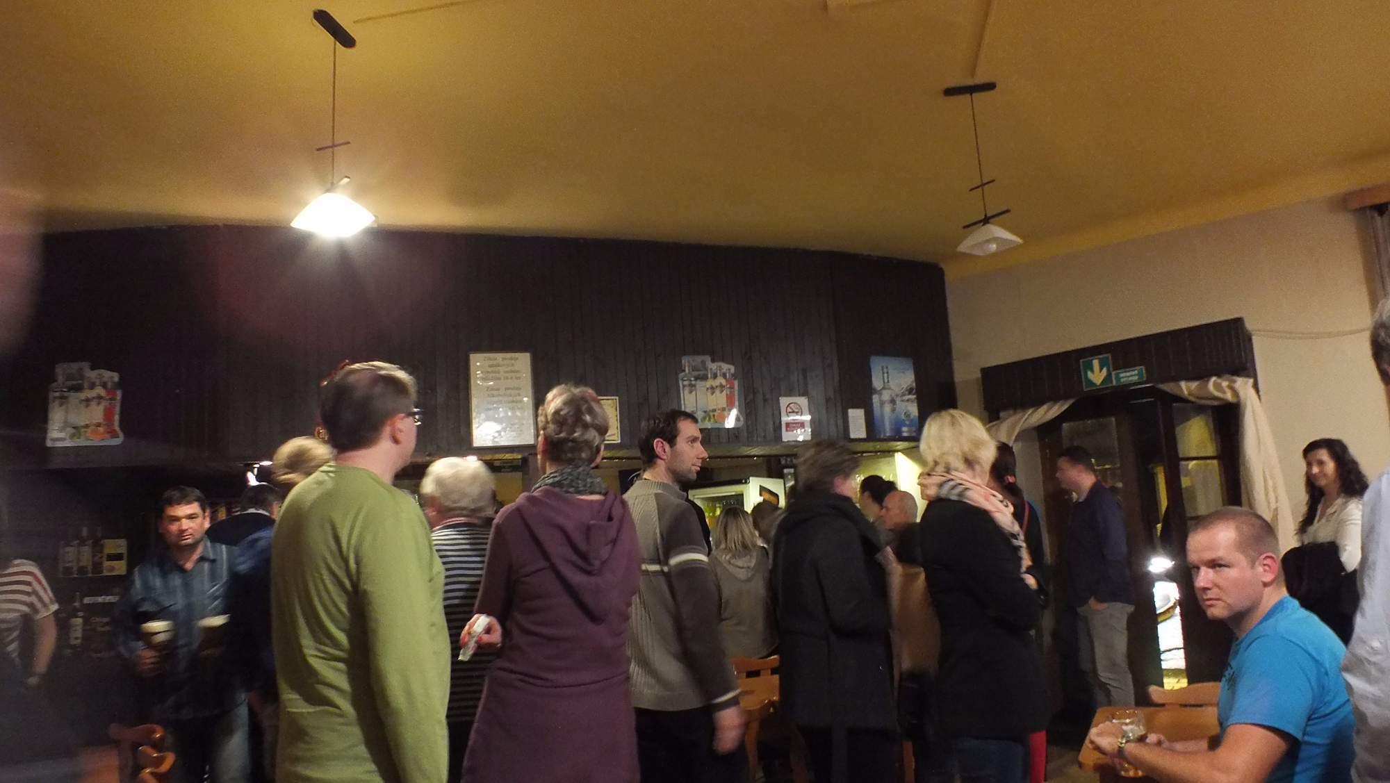 Asi v půlce talkshow si diváci mohli odskočit pro občerstvení do místní hospůdky. Foto: Nikola Pavlasová