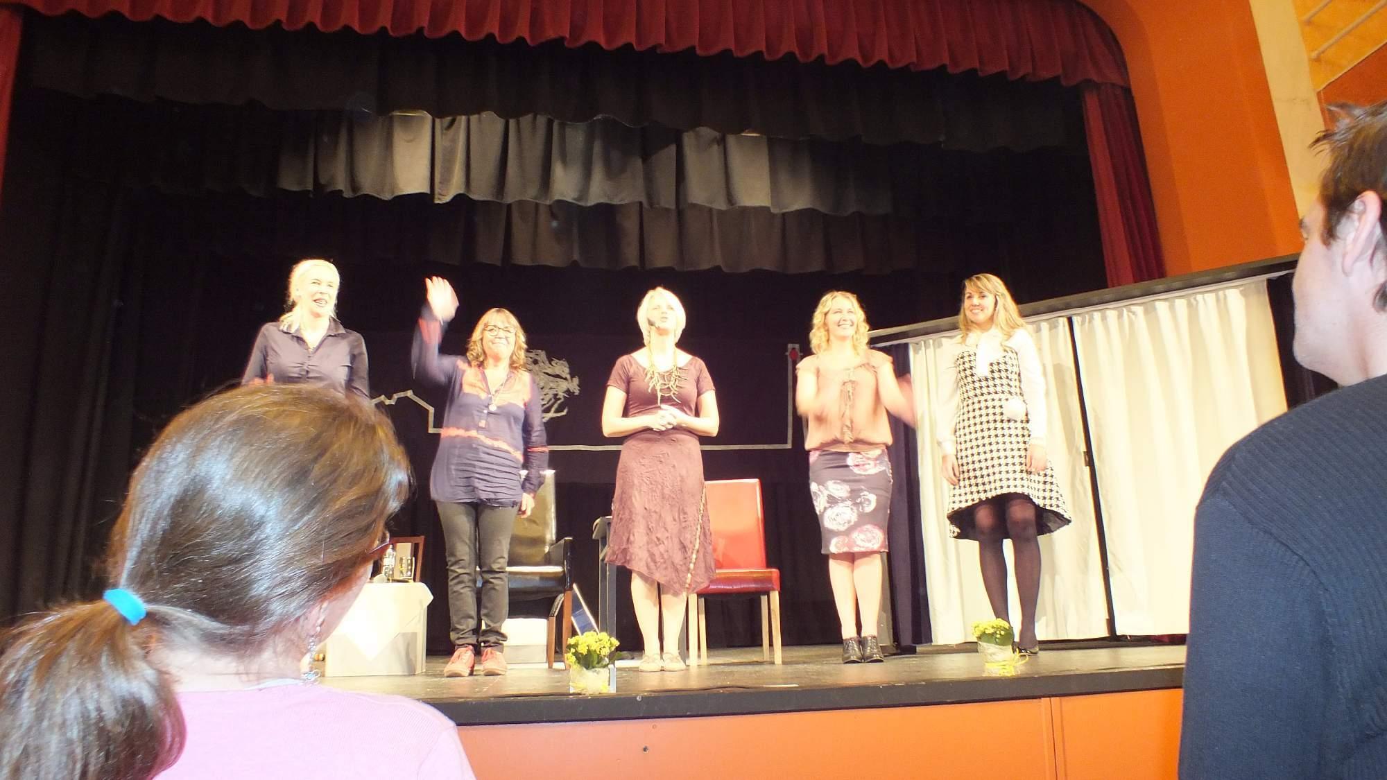 Hosté, moderátorka a hudebnice si vysloužili hlasitý potlesk. Foto: Nikola Pavlasová