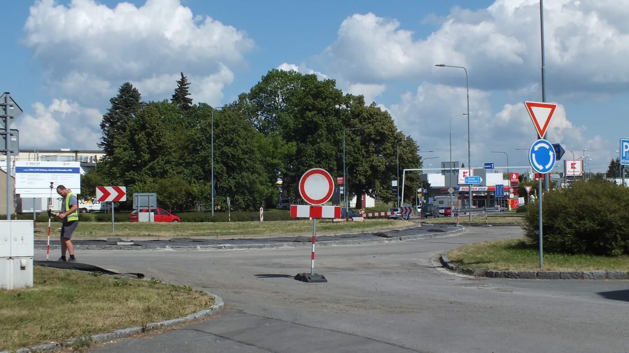 Okružní křižovatka dostane nový asfaltový povrch i středový prstenec. Foto: Nikola Pavlasová