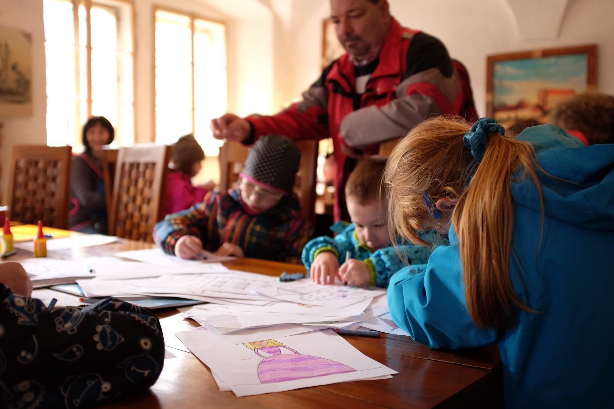Děti si mohly vymalovat obrázek nebo navléknout korálky v dětské dílně. Foto: Pavlína Černá