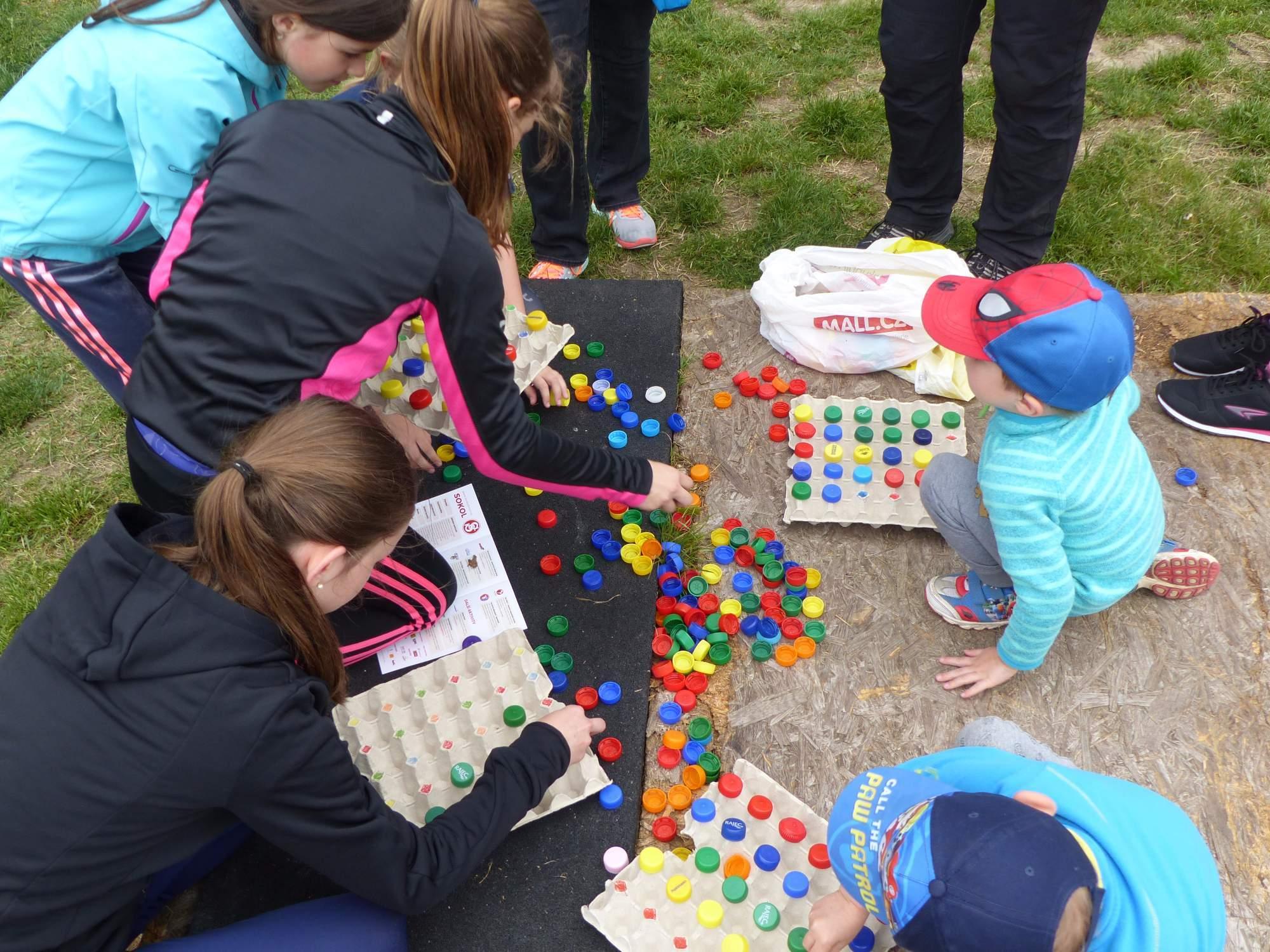 Děti se zabavily i každodenními předměty. Foto: Michaela Střížová