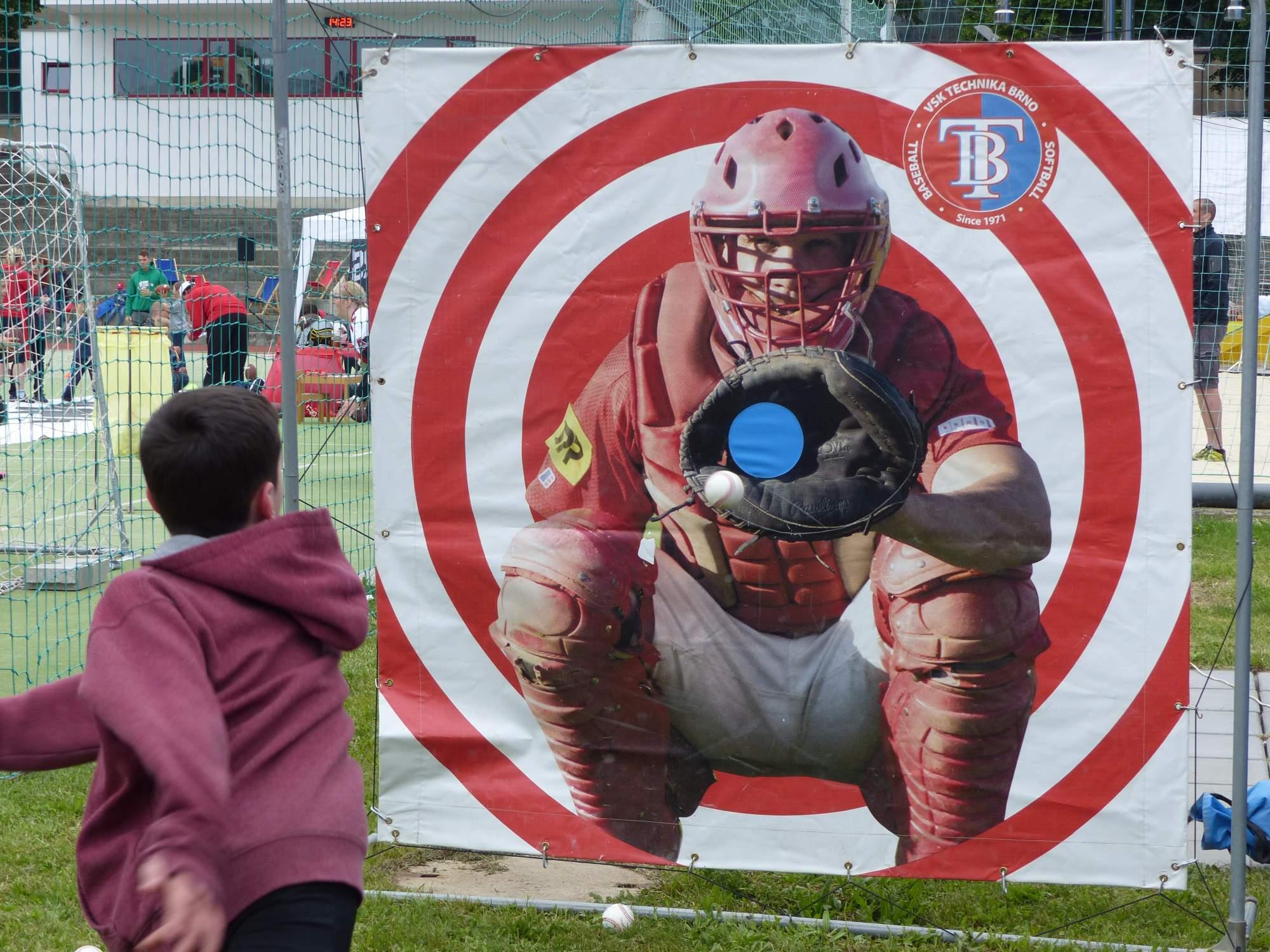 Děti se mohly naučit, jak správně hodit baseballový míček. Foto: Michaela Střížová