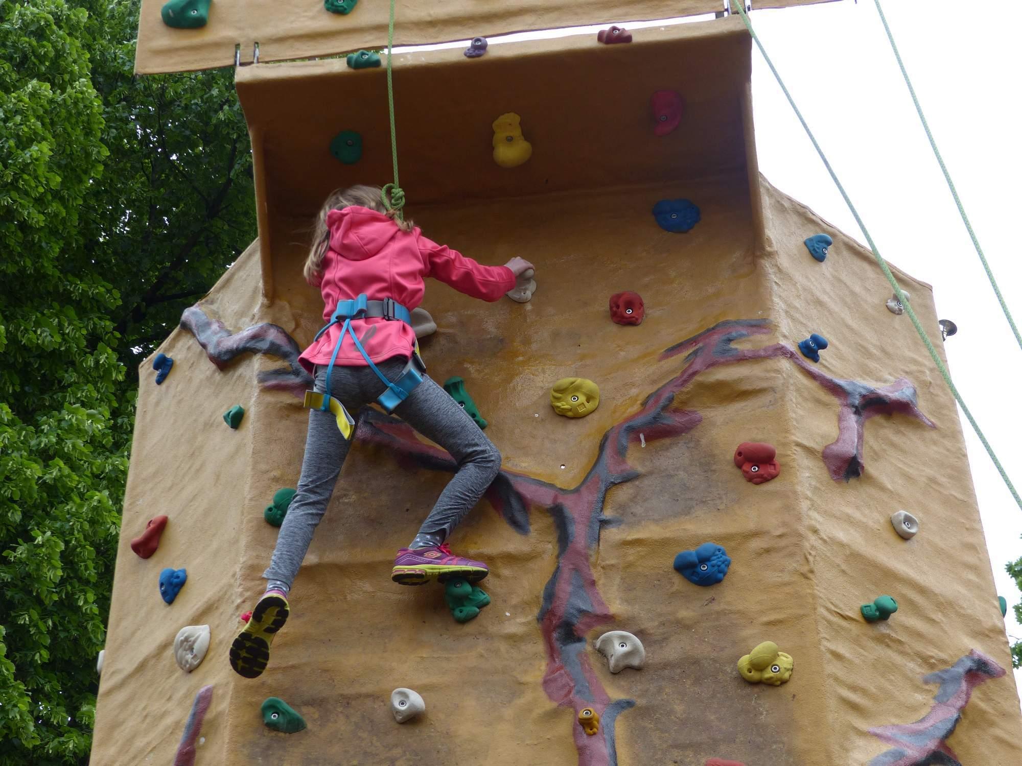 Někteří nebojácně lezli na několikametrovou horolezeckou stěnu. Michaela Střížová