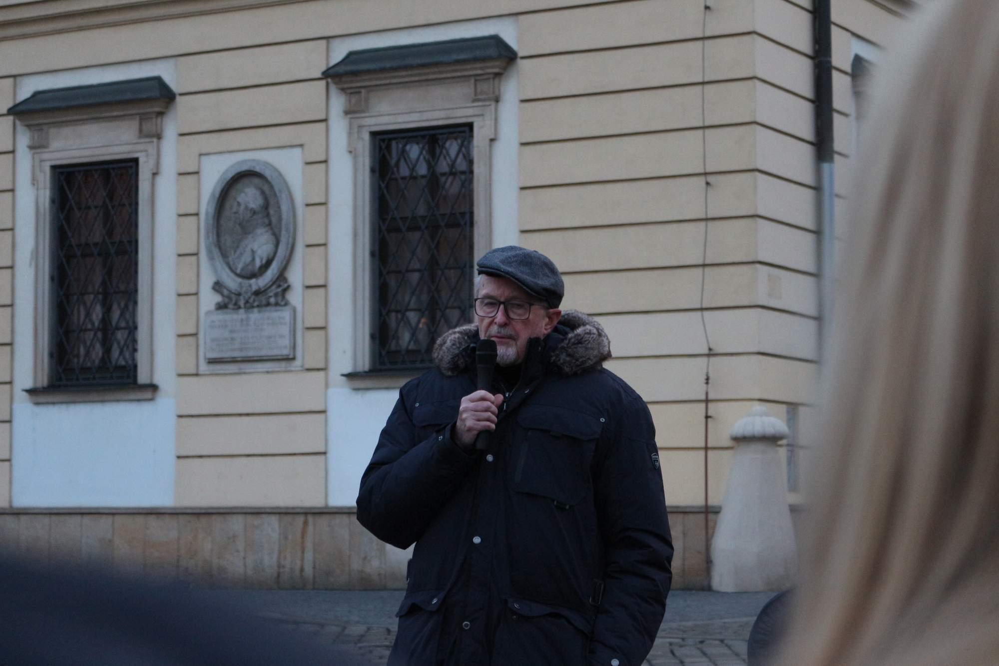 """Svoj názor vyjadril aj spisovateľ Pavel Švanda. """"Môžeme povedať, že politici žijú v inom svete. To ale neznamená, že protestom nemôžeme vyjadriť  svoj nesúhlas. Novinárov môžeme podporiť tým, že budeme čítať a kriticky myslieť. Tým nepodpoříme len ich, ale aj demokraciu,"""" dodáva Švanda. Foto: Simona Gálová"""