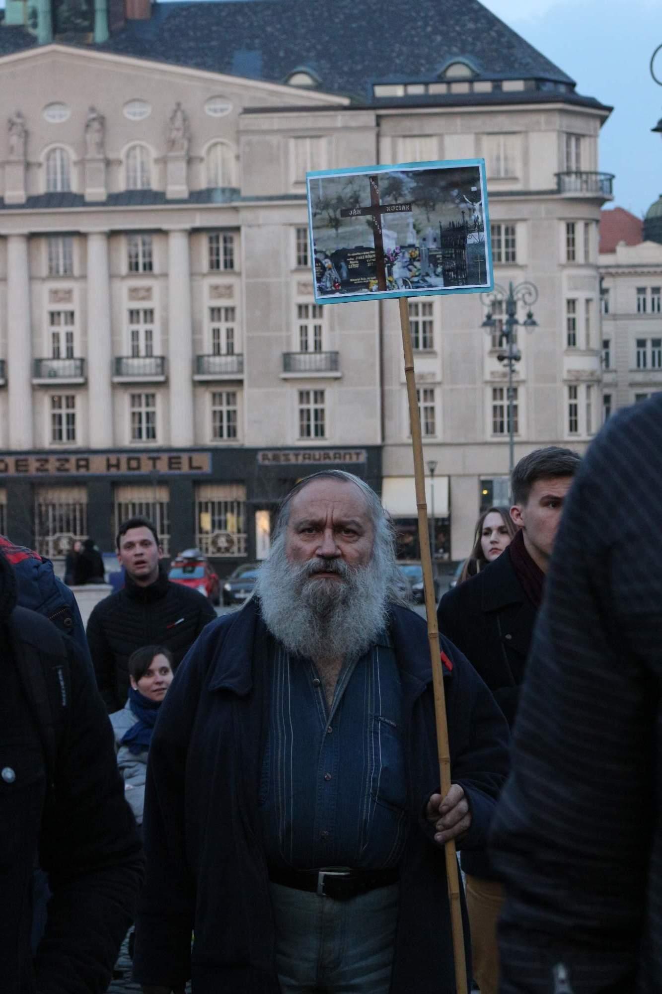 Hlavným dôvodom stretnutia bola smrť investigatívneho novinára Jána Kuciaka, ktorého rečníci niekoľkokrát spomenuli vo svojich prejavoch. Na jeho činy nezabúdajú ani ostatní Brňania. Foto: Simona Gálová