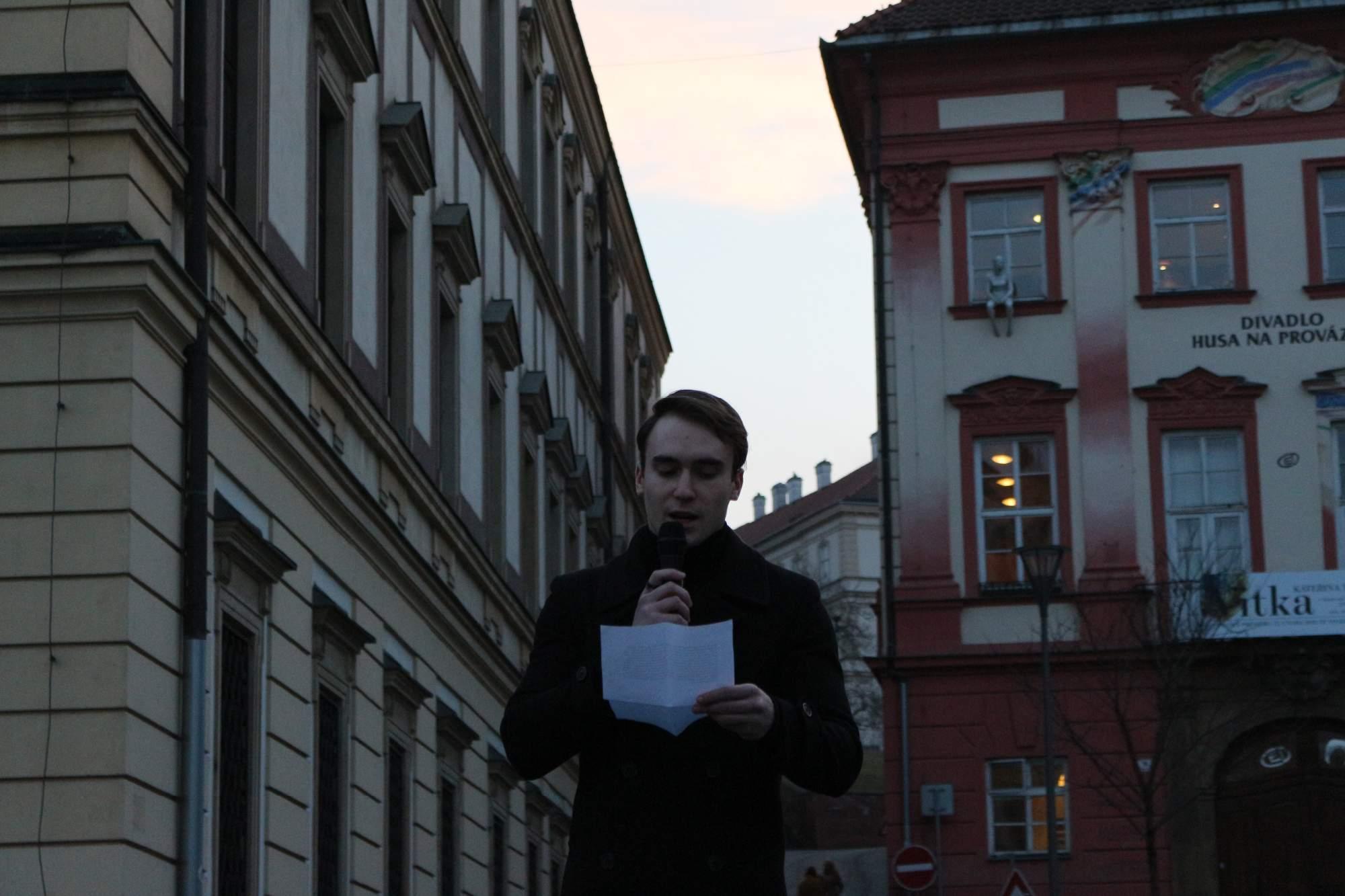 Novinárov prišiel podporiť aj stredoškolský študent Vojtěch Vágner. Mladý gymnazista spomenul aj výrok prezidenta Zemana, ktorý povedal, že novinári by sa mali likvidovať. Foto: Simona Gálová