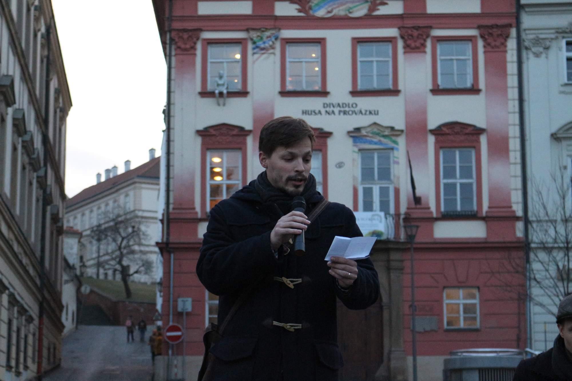 """Sociológ František Černín citoval text piesne Mír a klid od skupiny Visací zámek, ktorej obsah je podľa neho dnes veľmi akutálny. """"Dávam si pozor pozor, nikoho nezdravím. Dávam si pozor, pozor, nepočúvam rádio. Dávam si pozor, pozor, radšej nič nepíšem,"""" cituje Černín. Foto: Simona Gálová"""