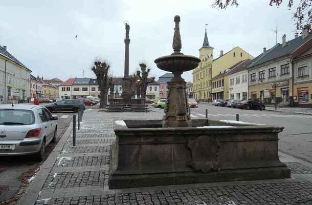 Centrem města je, samozřejmě, náměstí. Tady se jmenuje Husovo.