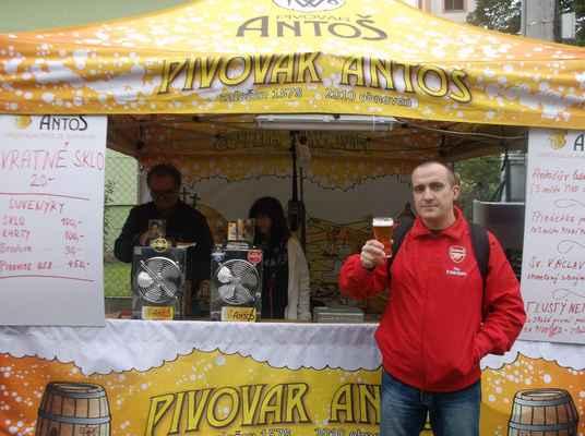 Antošův Ležák 11°,Svatováclavské slavnosti piva - Pivo čepuje pan Josef Paulík, jednatel a spolumajitel firmy Golem Slaný, jež Pivovar Antoš provozuje.