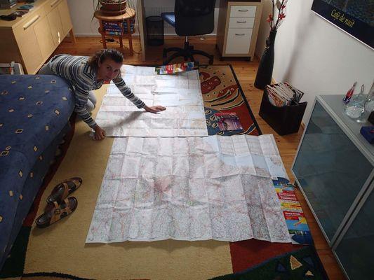 Radka plánuje trasu - žádná navigace - MAPY !!