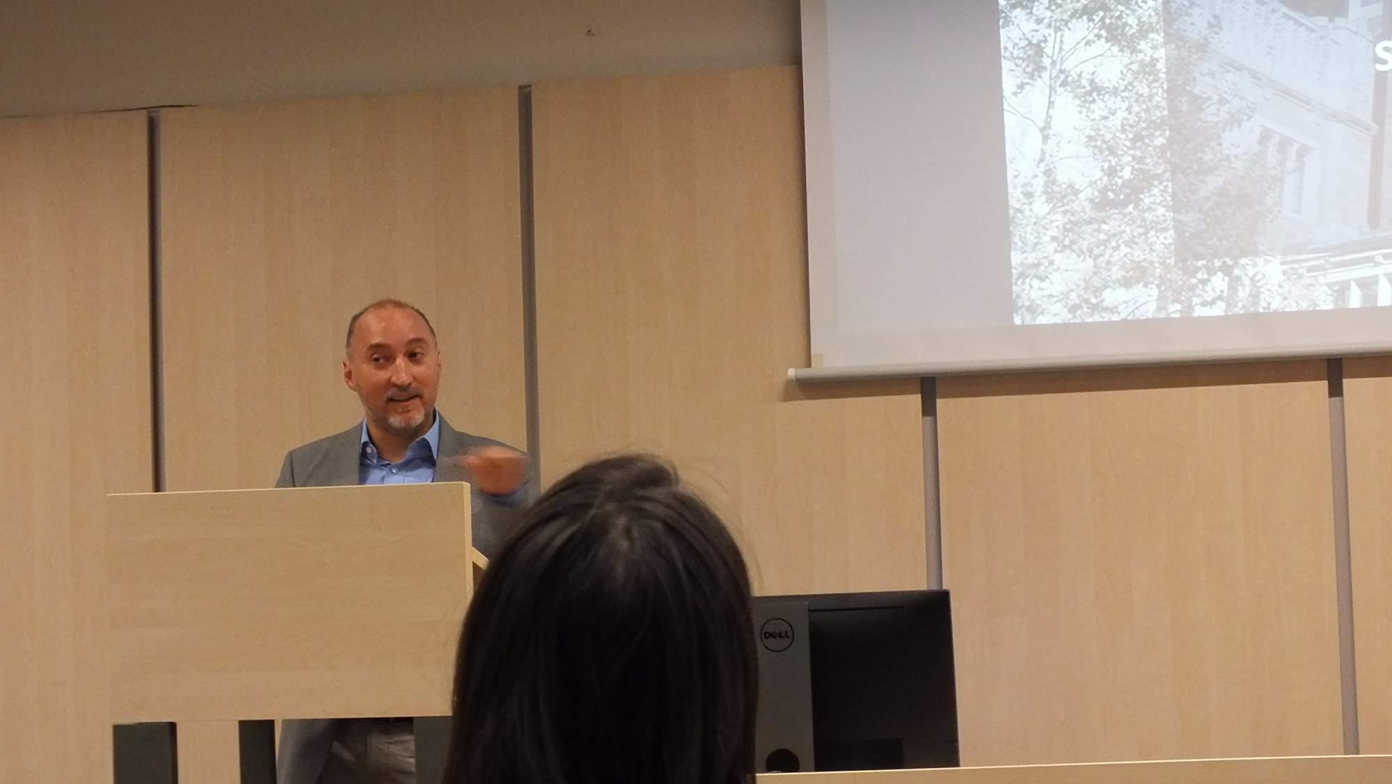 Jakub Tesař z Fulbrightovy komise přednášel o studijních stipendiích a externích nadacích