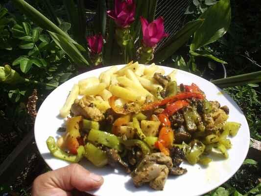 hranolky s dušenou zeleninou a houbami - kuřecí stehno oberu a podusím na cibulce (kost nechám na polévku) na  to dám pak  ještě dusit  žampiony celer nakrájený na malé kostičky papriky nakonec aby nebyli rozvařené okořenit a navrch posypat naklíčenými semínky nebou lebedou, kopřivou, bršlicí a pod... jako přílohu třeba hranolky :-)