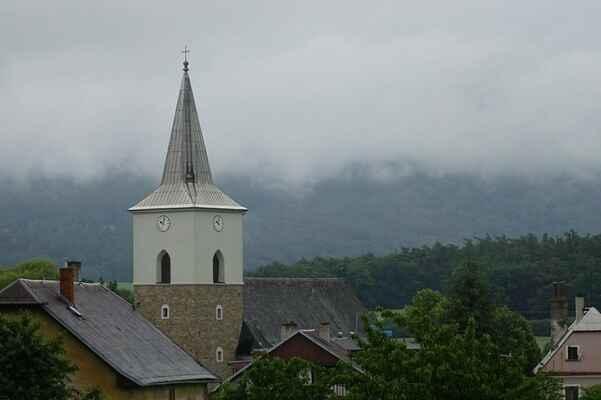 Kostel sv. Máří Magdalény v Mladějovicích - V pozadí je Dubová hora, opět v mracích.