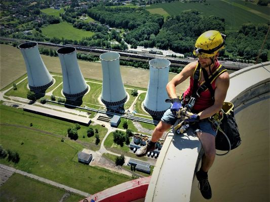EDĚ - elektrárenské chladící věže o výšce 130 m vypadají pohledem pracovníka z výšky 274 m jako drobečci.. - Výškové práce Anděl