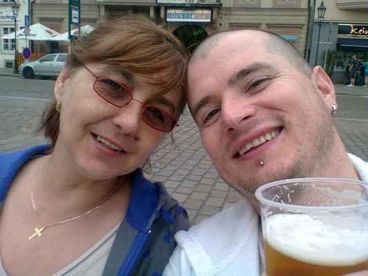 lasardoPictures 2012 - Gábika a Já a pivo na náměstí Republiky v Plzni • Plzeň/2012 • 2-3`  * Dne:5.5.2012/15:39:13 h/Sobota/Plzeň/Skupová * Foto:D'J.Tamáš•LasardoPicturesJT81 * Fotoaparát:Nokia C3-00. GaDo-5.5.12.nám.rep.v plzni.čr-foto dld.jpg | fotoaparát: Nokia, C3-00 | datum: 05.05.2012 15:39:13  WiFi od Da Pietro pizzerka Plzeň DJKT 22.8.2018