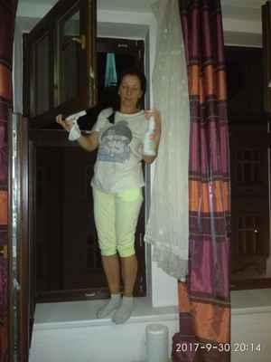 Eva.Foto lasardoPictures 2017. - Evička a mytí oken,po výletu(Štáhlavy).Je šikovná.Foto/Dne:30.09.2017/o 20:14 hod./Plzen  #noselfie #LocalGuides #lasardoPictures Foto by:JT81©LasardoPictures 2017