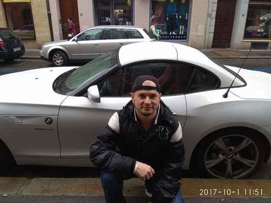 Já v Plzni. Léta páně 2017. lasardoPictures © by.EL ©JT - Já a něčí auto v Sedláčkové ul.v Plzni.Foto/Dne:01.10.2017/o 11:51 hod./Plzeň. #noselfie #blbeselfiecka #hujeszelfiek  #nesnasimselfie #LocalGuides #lasardoPicturesFoto by:Evička.L&JT81©LasardoPictures 2017