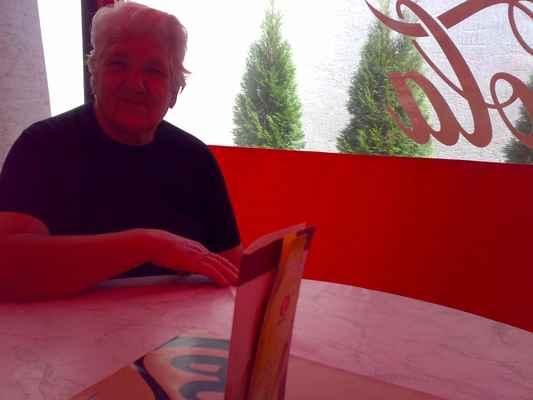 Starka 6.8.2008 v restauraci v Lučenci/Foto KT81/lasardoPictures - Starká  v Lučenci v restauraci•r.Léta páně 2008.  Fotograf:Tamáš.D'J©LasardoPictures|2018.  Dne:06.08(August)2008Lučenec/SR. Fotoaparát:Nokia N73 [Mama je maďarský význam slova a v ČR/SR to znamená Babička/Starká] Ahoj JT81  Důchodový věk 2018 - https://www.mesec.cz/clanky/duchodovy-vek-ma-nova-pravidla-strop-na-65-letech-je-dopredu-zraly-na-odstrel/  Mama.ul 3. 6.8.2008.jpg | fotoaparát: Nokia, N73 | datum: 06.08.2008 13:23:27 | čas: 1/111 s | clona: F2.8 | ohnisko: 5.6 mm | ISO: 100