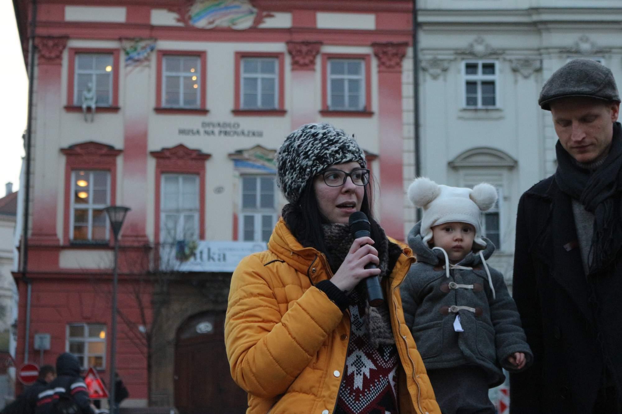 """Hlavnou organizátorkou zhromaždenia je Kristína Vlčková , ktorá komunikovala so všetkými rečníkmi. Oslovovala ľudí z akéhokoľvek odvetia, akéhokoľvek veku aj pohlavia. """"Chcem apelovať na ženy, ktoré sa báli vystúpiť na tomto fóre a obracali sa na svojich mužov. Svet chce počuť váš hlas,"""" hovorí Kristína. Foto: Simona Gálová"""