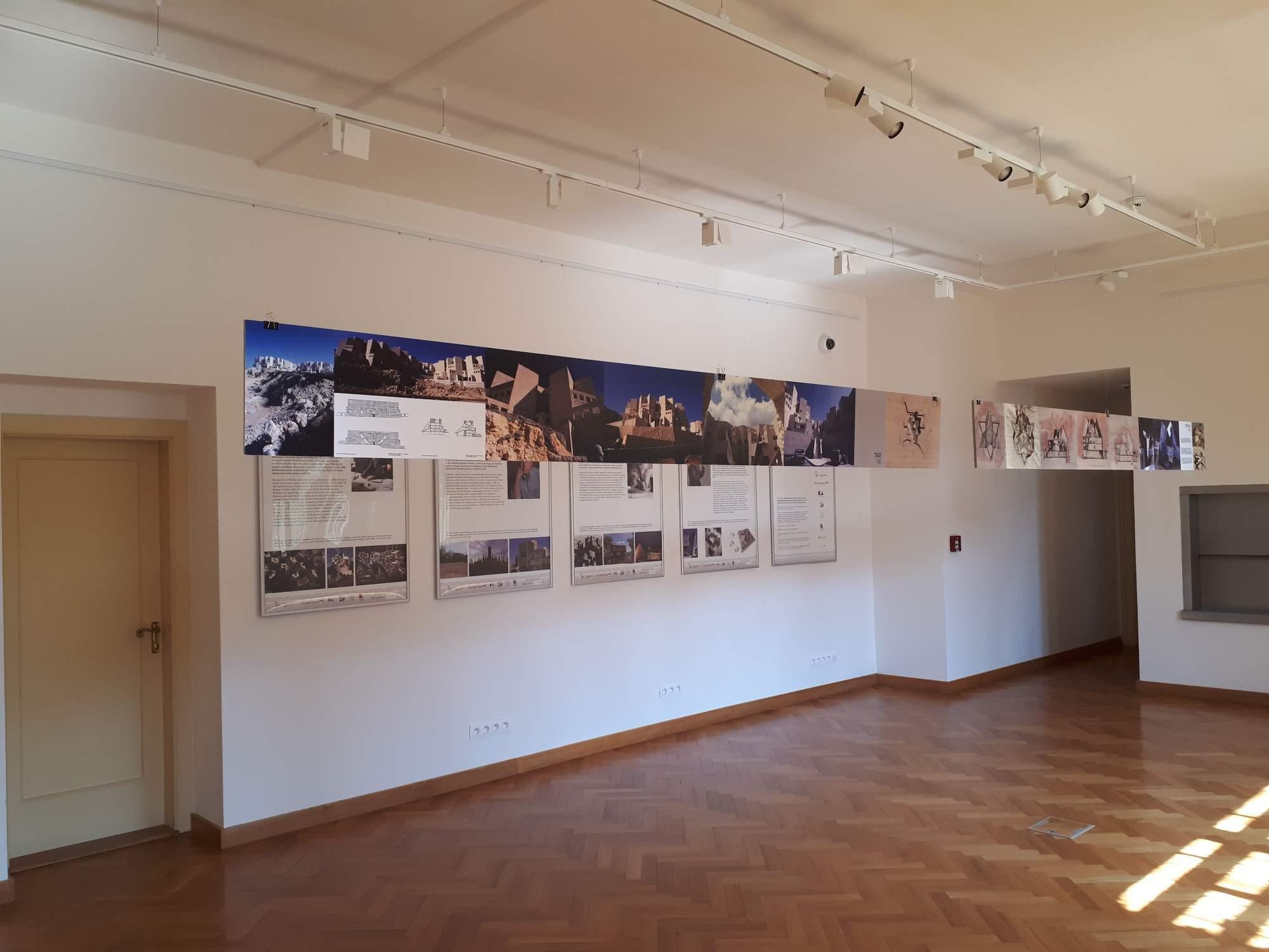 Návštěvníci mohou zhlédnout medailonky Neumannových pokračovatelů a fotografie jejich děl. Foto: Jana Blahošová