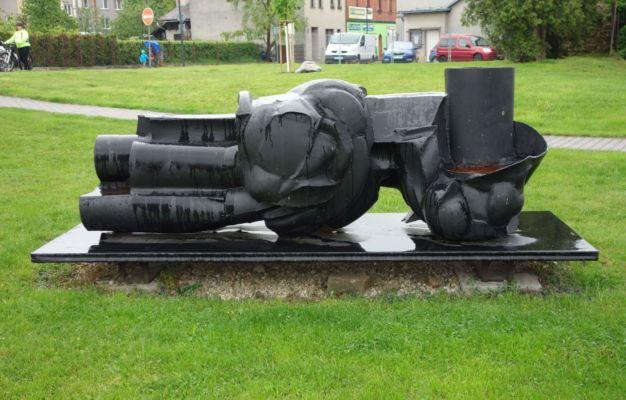 Je to  umění?!? Není to umění?!? Je to umění... Plastika pražského sochaře Františka Štorka byla vytvořena při příležitosti I. Mezinárodního sympozia prostorových forem v roce 1967, které se konalo v Ostravě a je jednou z mála realizací, které se z tohoto sympozia dochovaly. Valná většina výtvorů byla později znovu roztavena. Do Hlučína se tato socha dostala díky místnímu rodákovi Ing. arch. Mojmíru Sonnkovi, který při likvidaci sochařského parku v roce 1972 dojednal se sochařem převoz právě sem do Hlučína a tím ji uchránil před zničením.