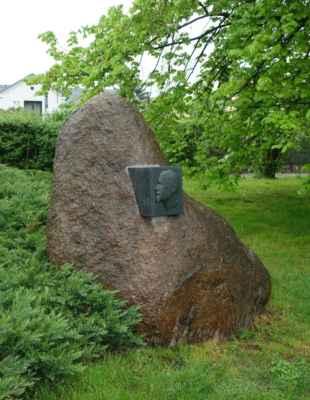 V parku nás pak zaujal tento památník - podle podoby jsme to tipovali na Lenina...