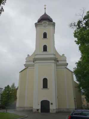 Konečná podoba vstupního portálu a věže je až z 18. století.