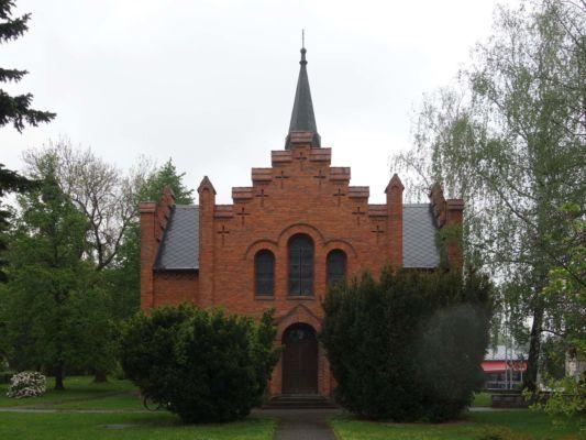 Samozřejmě jsme zajeli také k evangelickému kostelu, který poutal pozornost díky své červené barvě. Kostel je postavený na půdorysu kříže z režného zdiva s jehlancově zakončenou štíhlou věží v křížení střech. Stavbu řídil stavitel Gloger z Chuchelné.