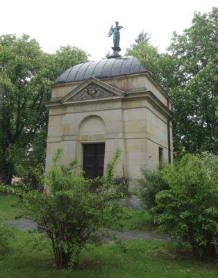 Na hřbitově za kostelem byla r. 1898 postavena rodinná hrobka Wilhelma Wettekampa. Jde o empírovou funebrální stavbu z 19. století.