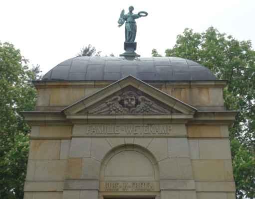Hlavní průčelí je završeno trojúhelníkovým štítem s velkou hlavou anděla. Na vrcholu kopulovité střechy je socha ženy s vavřínovou ratolestí. Hrobka je jediným pozůstatkem po bývalém hřbitově.