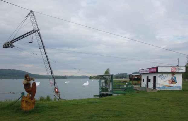 V létě se tu dá i vodně zalyžovat - na laně, které je nataženo mezi dvěma sloupy.